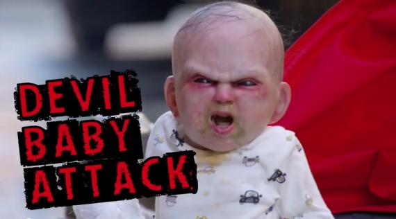 Mira al bebe diabolico asustando a todo el mundo en New York